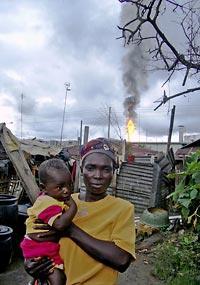 Ebocha. Selina Eta e la piccola Justice all'età di 14 mesi.  Justice ha sofferto dalla nascita di crisi respiratorie. Foto: Edmund Sanders, 2007.