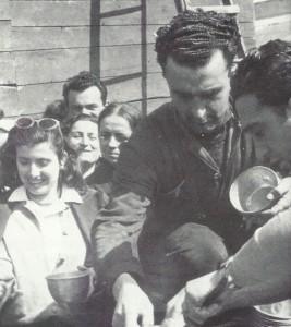 Aprile 1949. Lavoratori delle fabbriche bolognesi portano il pranzo alla Baroncini in lotta.