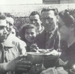 Aprile 1949: gli operai della Baroncini  in lotta contro la serrata ricevono il pranzo dai lavoratori dell'Azienda municipalizzata del gas.