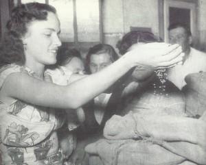 1950. Contadini di Crespellano consegnano il grano alle operaie Doppieri.