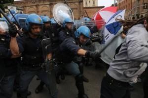 Le bastonate della polizia contro la sinistra antagonista il 3 maggio scorso a Bologna, che protestava pacificamente contro Renzi alla Festa de l'Unità. Partito tollerante il PD!