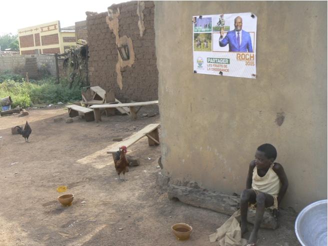 Manifesto elettorale di Roch (MPP) nel villaggio di Dano, regione del Sud-Ovest