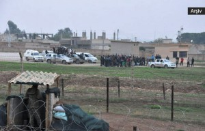Miliziani davanti ad una postazione di controllo turca.