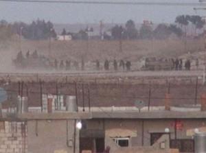 L'esercito turco schierato oltre il confine dietro a Susik.