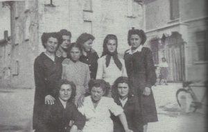 Lavoratrici della Ducati portano conforto alle figlie di Maria Margotti, uccisa durante le lotte bracciantili.