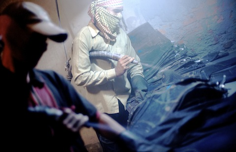 Bangladesh: sabbiatura dei jeans, 2010. Foto: Allison Joyce.