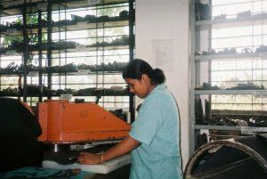 Operaia della Filanto Bangladesh Footwear di Shafipur.