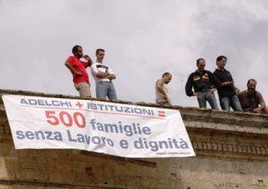 Settembre 2009: operai Adelchi occupano il tetto del Comune di Tricase.