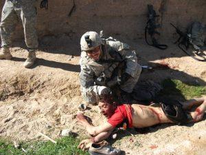 Il soldato Jeremy Morlock in posa con il cadavere di Gul Mudin.