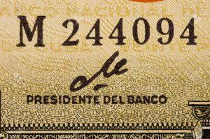 763962-Ernesto-Che-Guevara-a-firma-del-1960-Peso-Cubano-vicino--Archivio-Fotografico