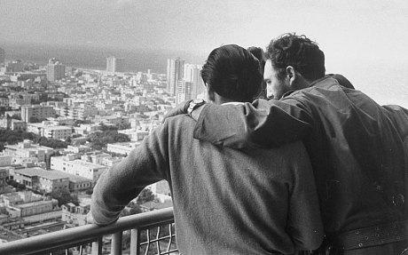Fidel Castro affacciato dal balcone dell'Hotel Habana Libre, ex Hotel Hilton