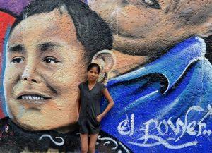 Ragazza di Tepito e murale di suo zio defunto EL POWER